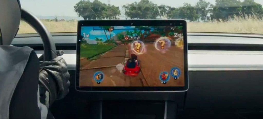 Este aficionado logra jugar Mario Kart con el volante de un Tesla... 2