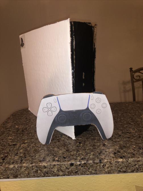 ¡Cuidado con lo que compras en internet! Fan vende réplica de cartón del PS5 por este precio... 1