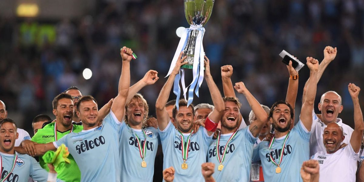 Soccer Football - Juventus vs Lazio Italian Super Cup Final - Rome, Italy - August 13, 2017  Lazio celebrate winning the Italian Super Cup with the trophy  REUTERS/Alberto Lingria - RTS1BNNI